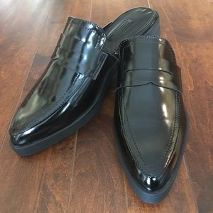 👡🥿 Black, trendy faux patent leather mules